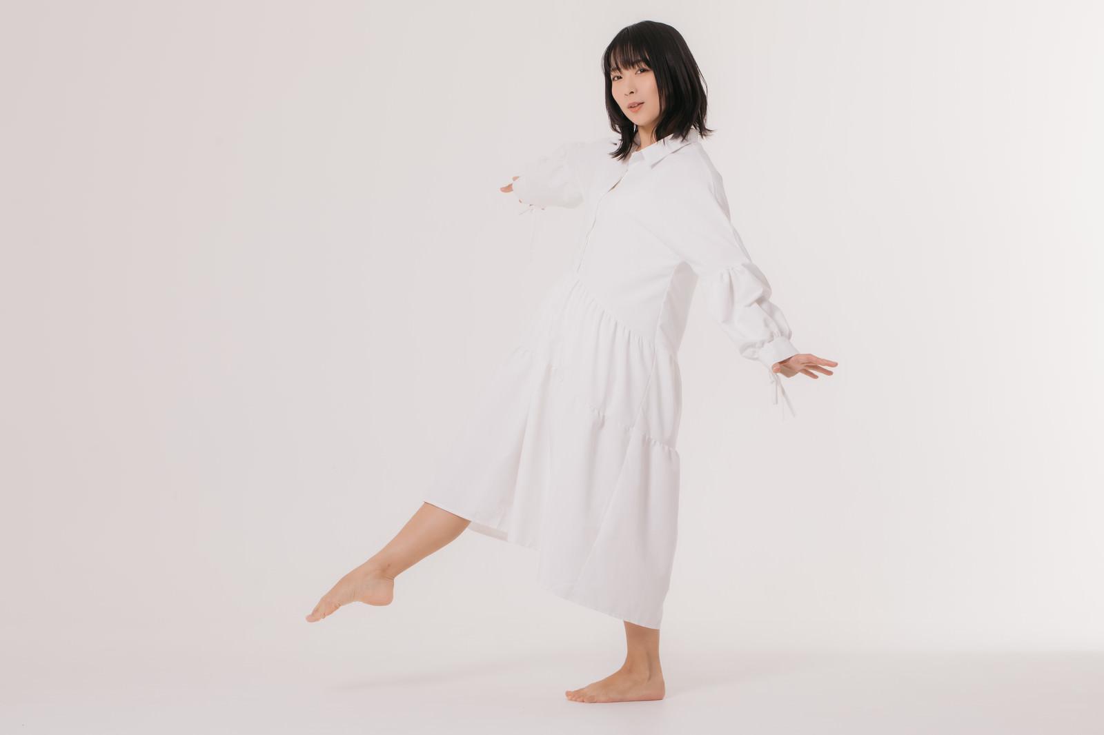 「片足でバランスをとる女性モデル」の写真[モデル:にゃるる]