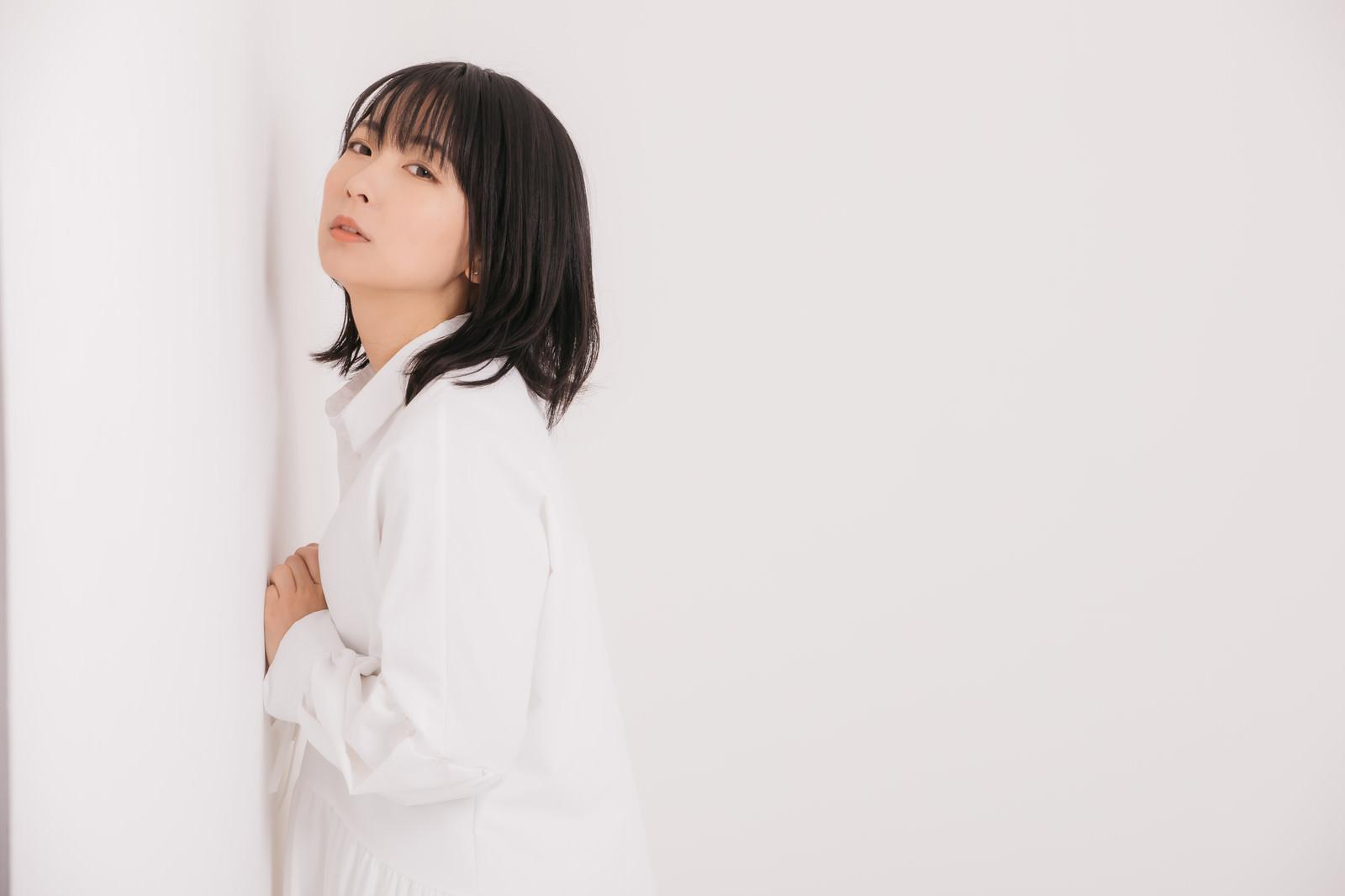 「壁に寄り掛かる女性モデル」の写真[モデル:にゃるる]
