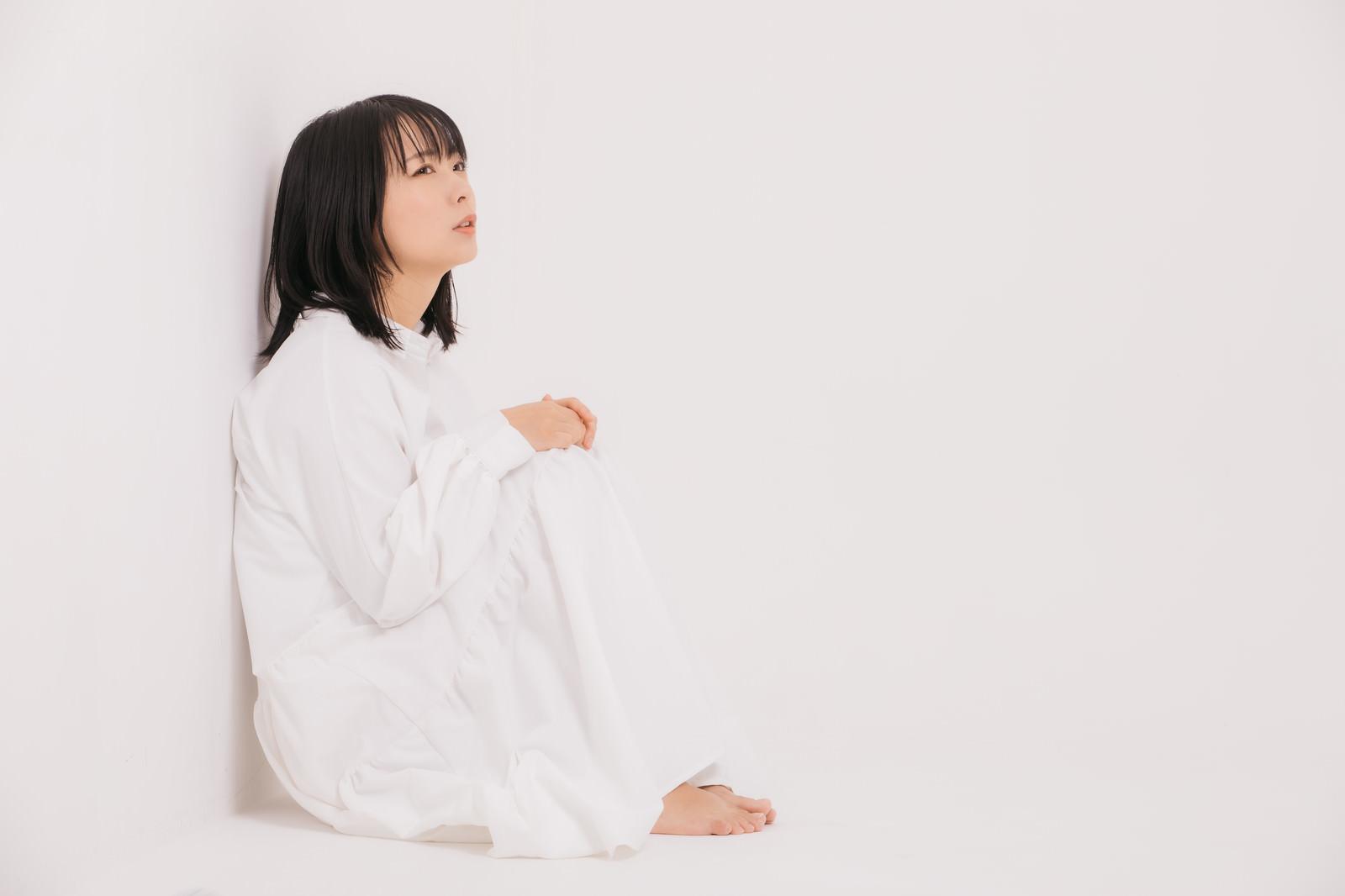 「隅っこで自粛する女性」の写真[モデル:にゃるる]