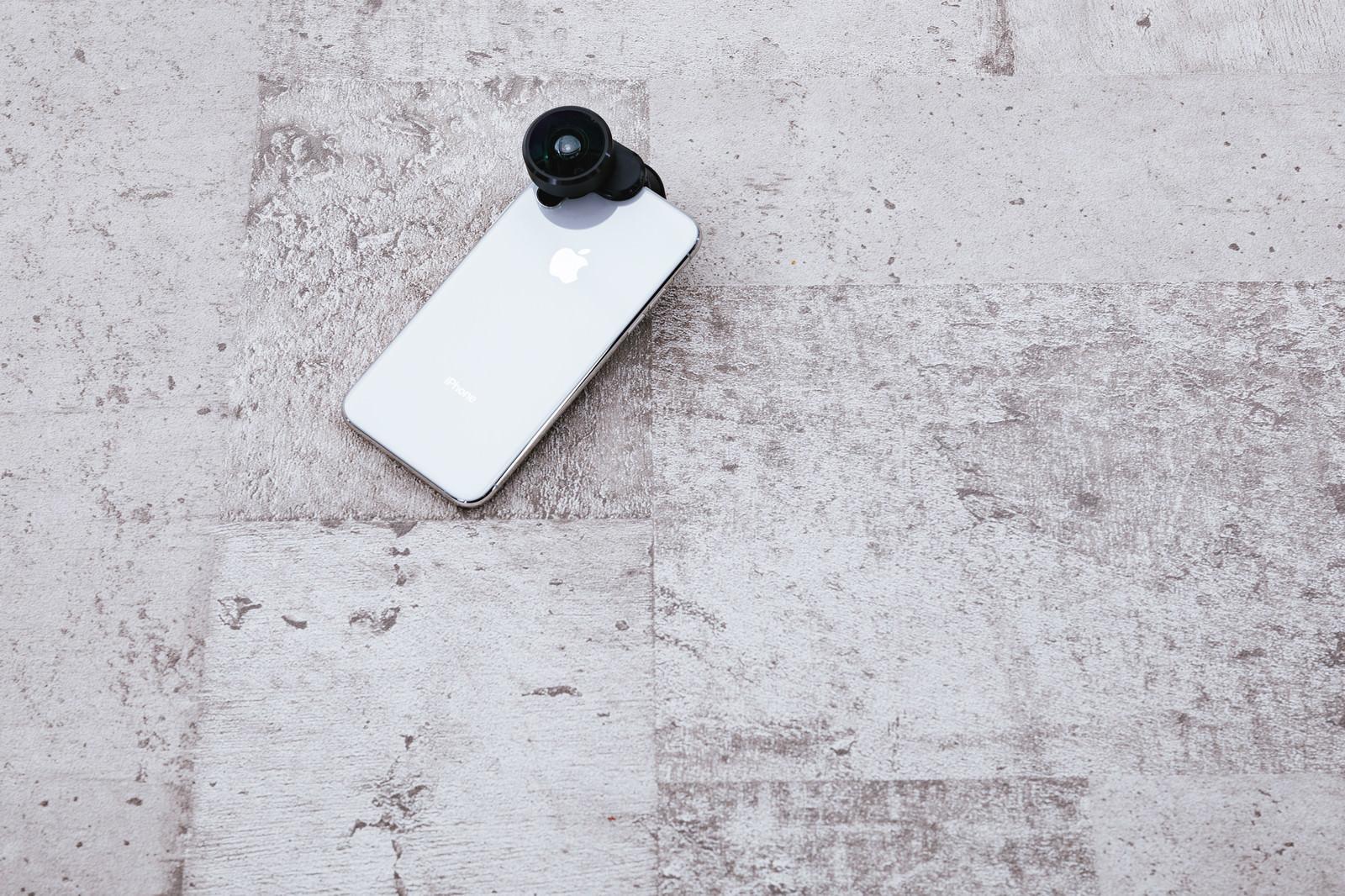 「スマホに取り付けた360度カメラ」の写真