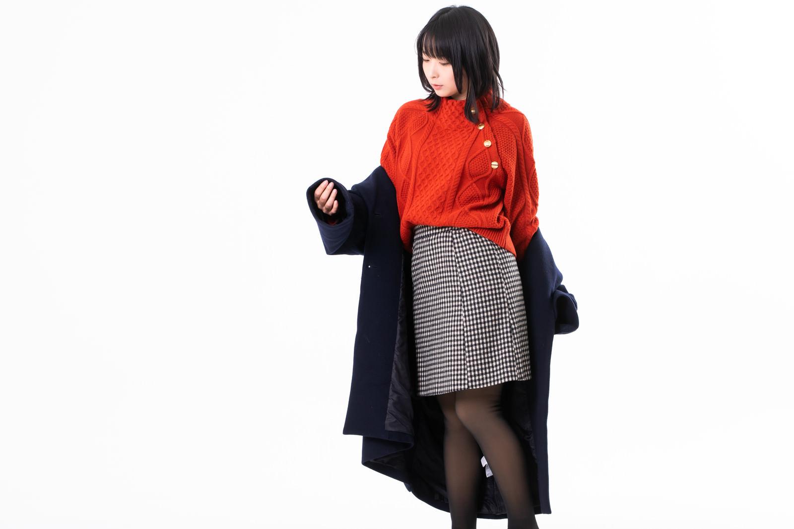 「コートを脱ぐ女性」の写真[モデル:にゃるる]