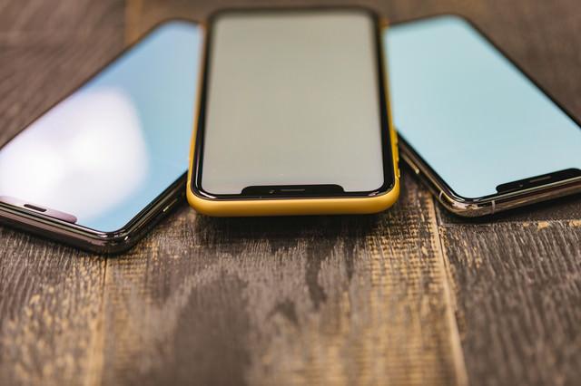 iPhoneX の有機ELと iPhone XR の液晶ディスプレイを斜めから見るの写真