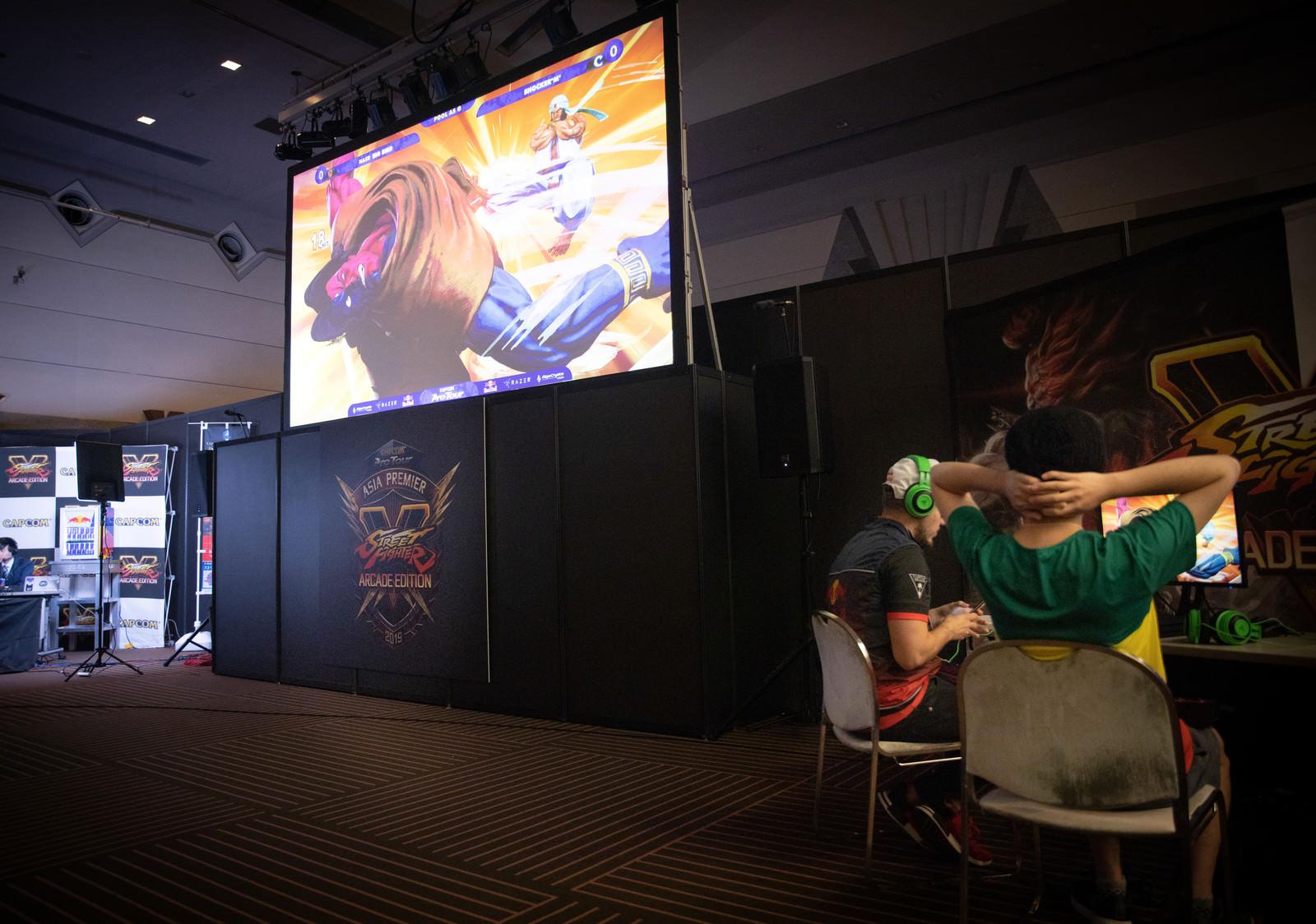 「巨大スクリーンに映し出される試合の様子 - CAPCOM Pro Tour 2019 アジアプレミア」の写真