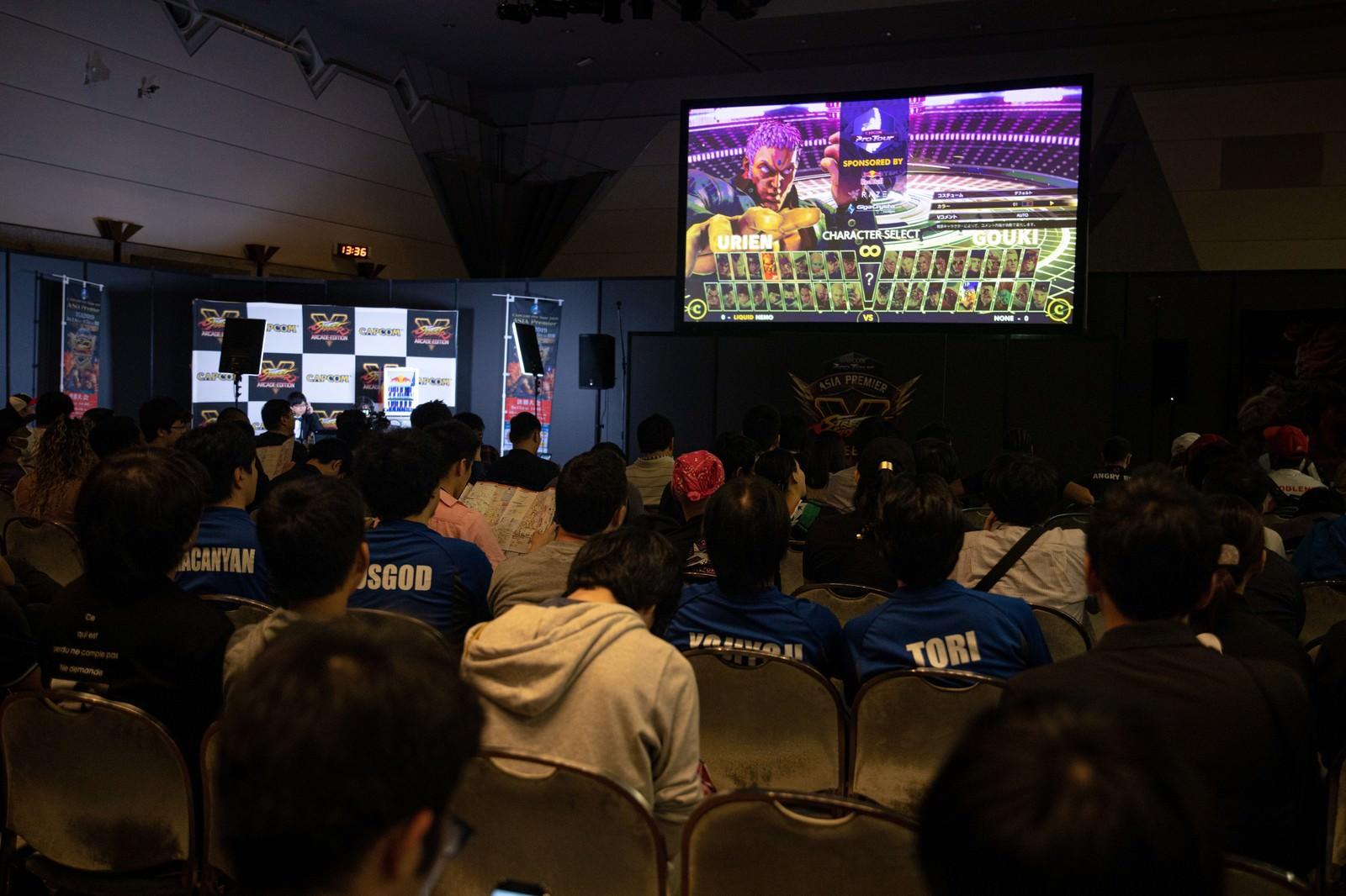 「予選大会の試合の様子と観客 - CAPCOM Pro Tour 2019 アジアプレミア」の写真