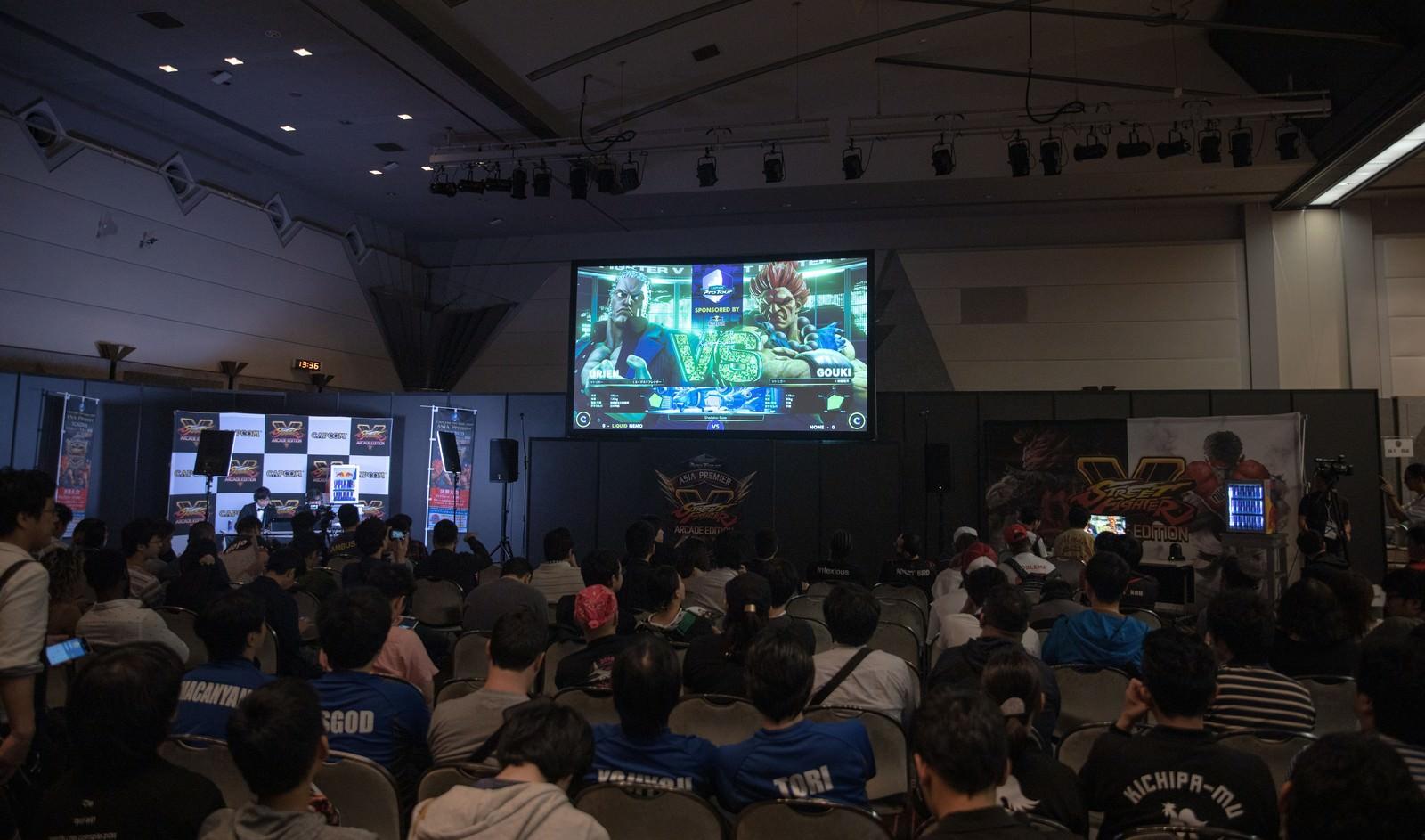 「予選大会会場の大きなモニター前の様子 - CAPCOM Pro Tour 2019 アジアプレミア」の写真