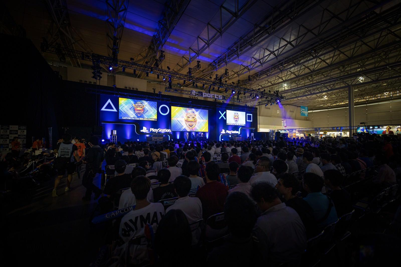 「巨大スクリーンの決勝ステージ - CAPCOM Pro Tour 2019 アジアプレミア」の写真