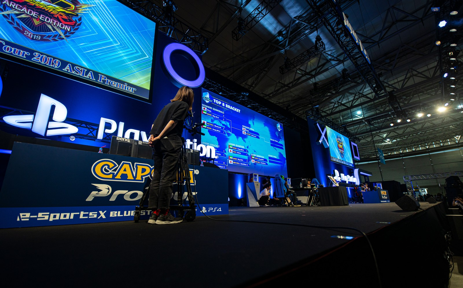 「巨大スクリーンにトーナメント進行状況が映し出される - CAPCOM Pro Tour 2019 アジアプレミア」の写真