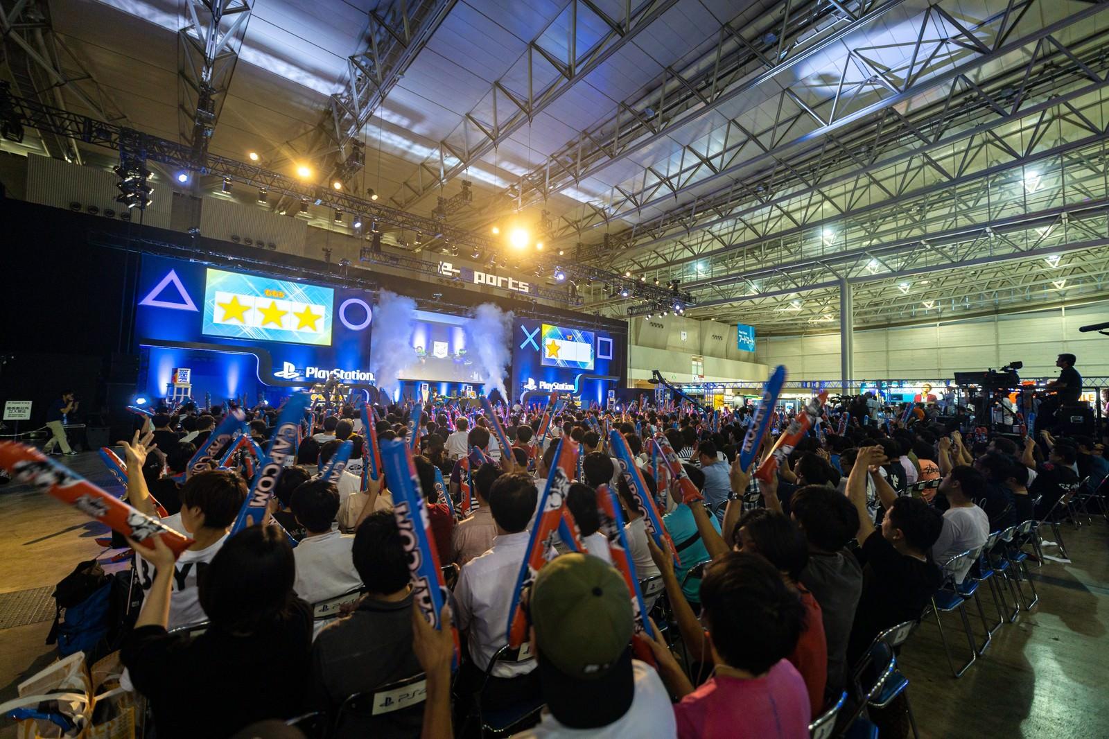 「決勝大会で歓声を上げる観客 - CAPCOM Pro Tour 2019 アジアプレミア」の写真