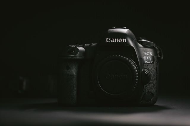 デジタル一眼レフカメラのボディ(レンズ未装着)の写真