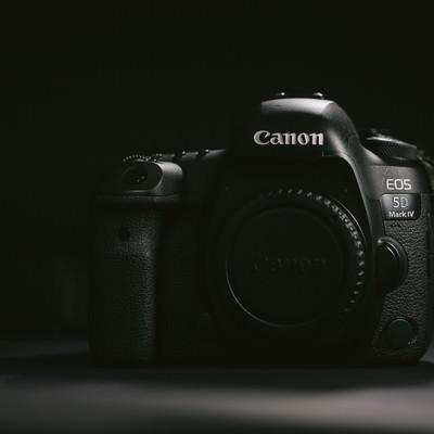 「デジタル一眼レフカメラのボディ(レンズ未装着)」の写真素材