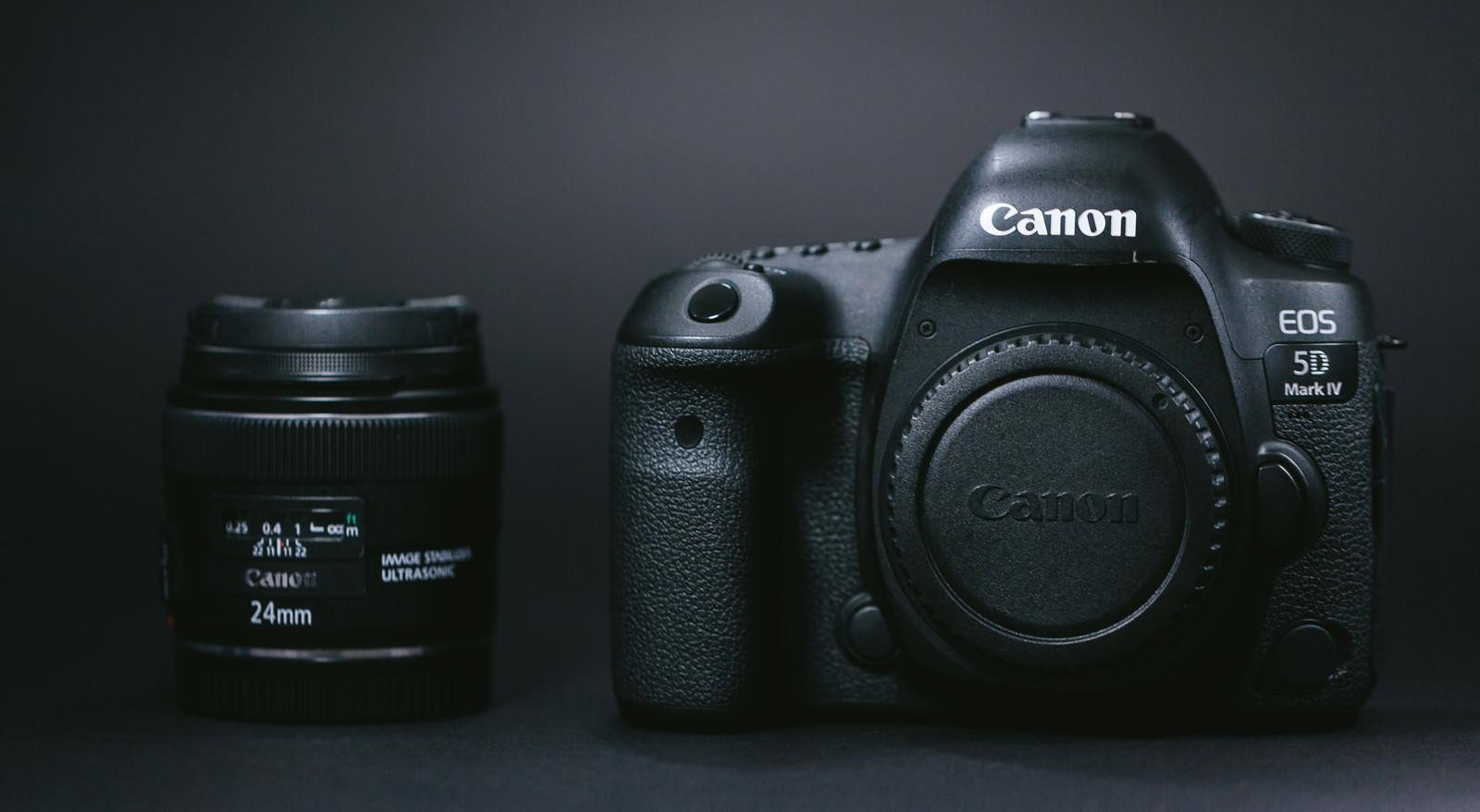「一眼レフカメラ(ボディ)と単焦点レンズ(24mm)」の写真