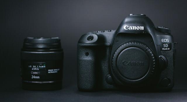 一眼レフカメラ(ボディ)と単焦点レンズ(24mm)の写真