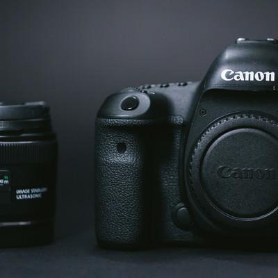 「一眼レフカメラ(ボディ)と単焦点レンズ(24mm)」の写真素材