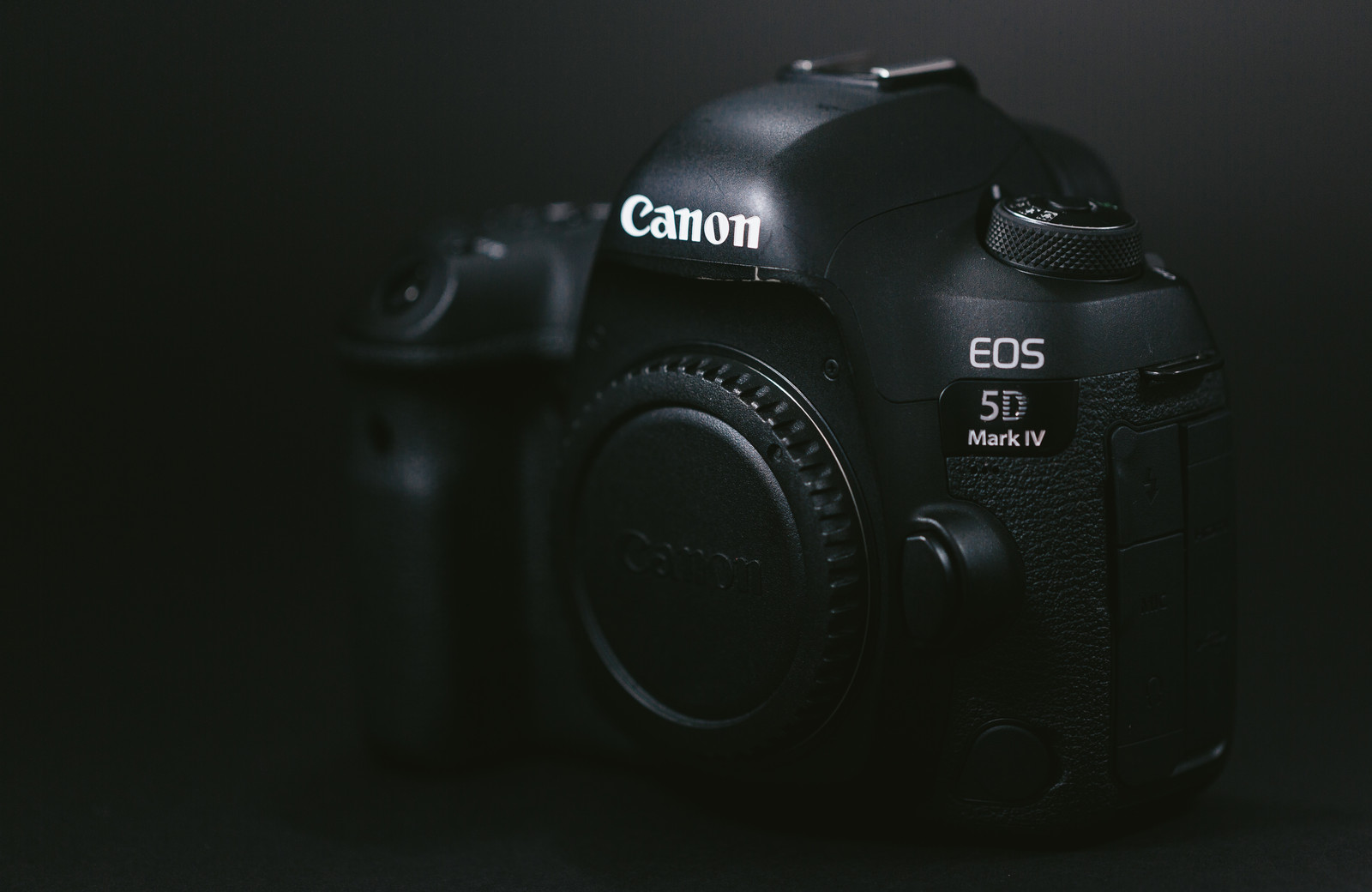 「真っ黒いボディのデジタル一眼レフカメラ」の写真