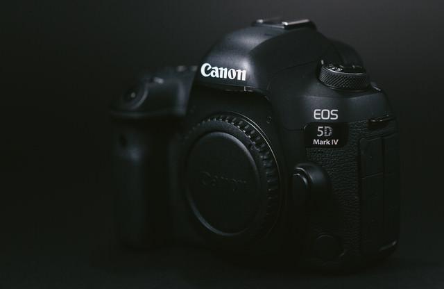 真っ黒いボディのデジタル一眼レフカメラの写真