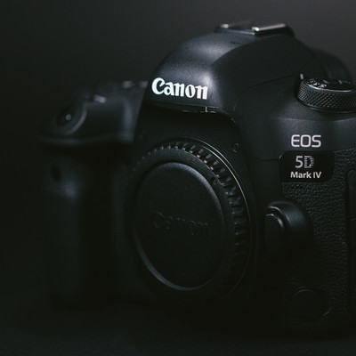 「真っ黒いボディのデジタル一眼レフカメラ」の写真素材