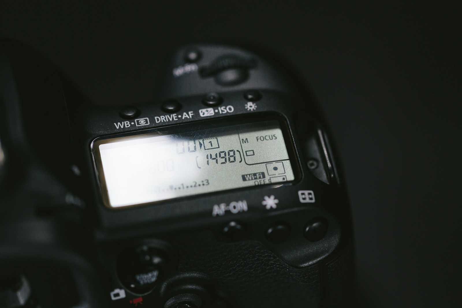 「一眼レフのバッテリーが残りわずか | 写真の無料素材・フリー素材 - ぱくたそ」の写真