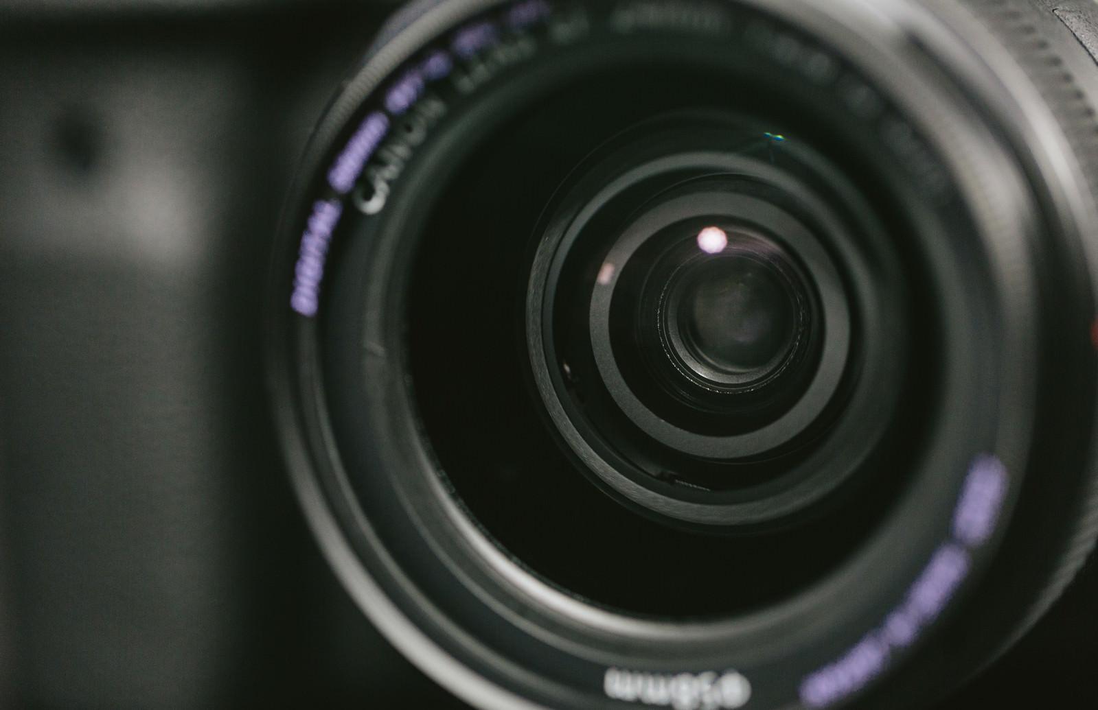 「一眼レフのレンズ玉」の写真[モデル:ごりぱく]