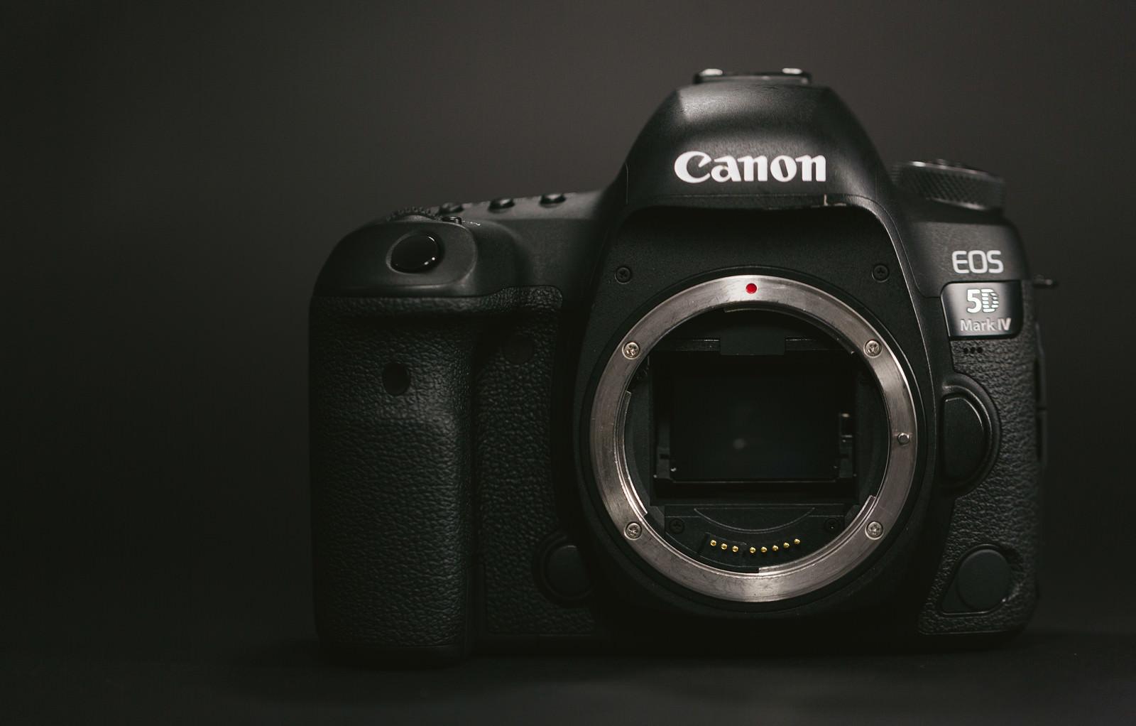 「フルサイズのデジタル一眼レフカメラフルサイズのデジタル一眼レフカメラ」のフリー写真素材を拡大