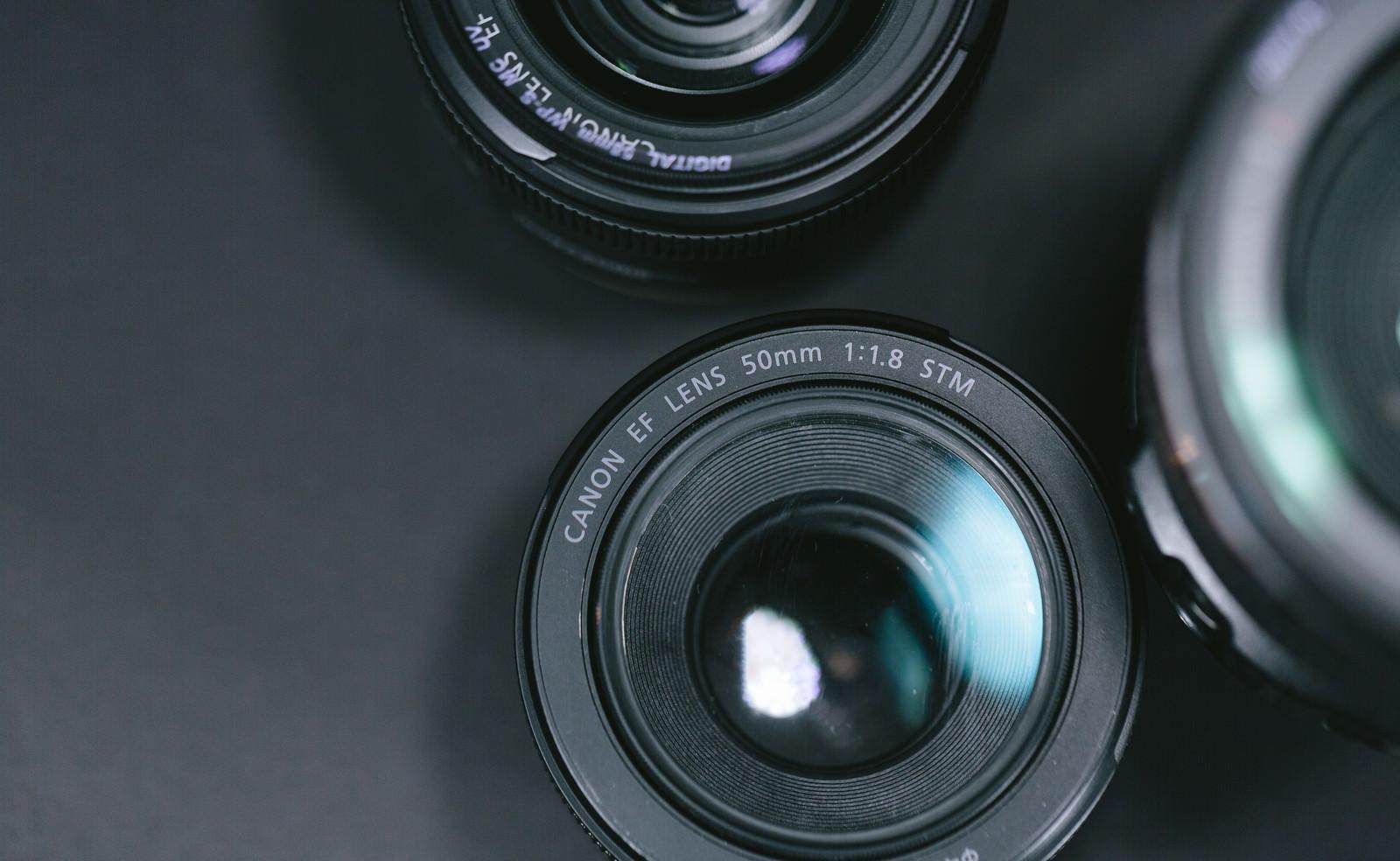 「台に置かれた各種レンズ台に置かれた各種レンズ」のフリー写真素材を拡大