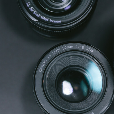 「台に置かれた各種レンズ」の写真素材