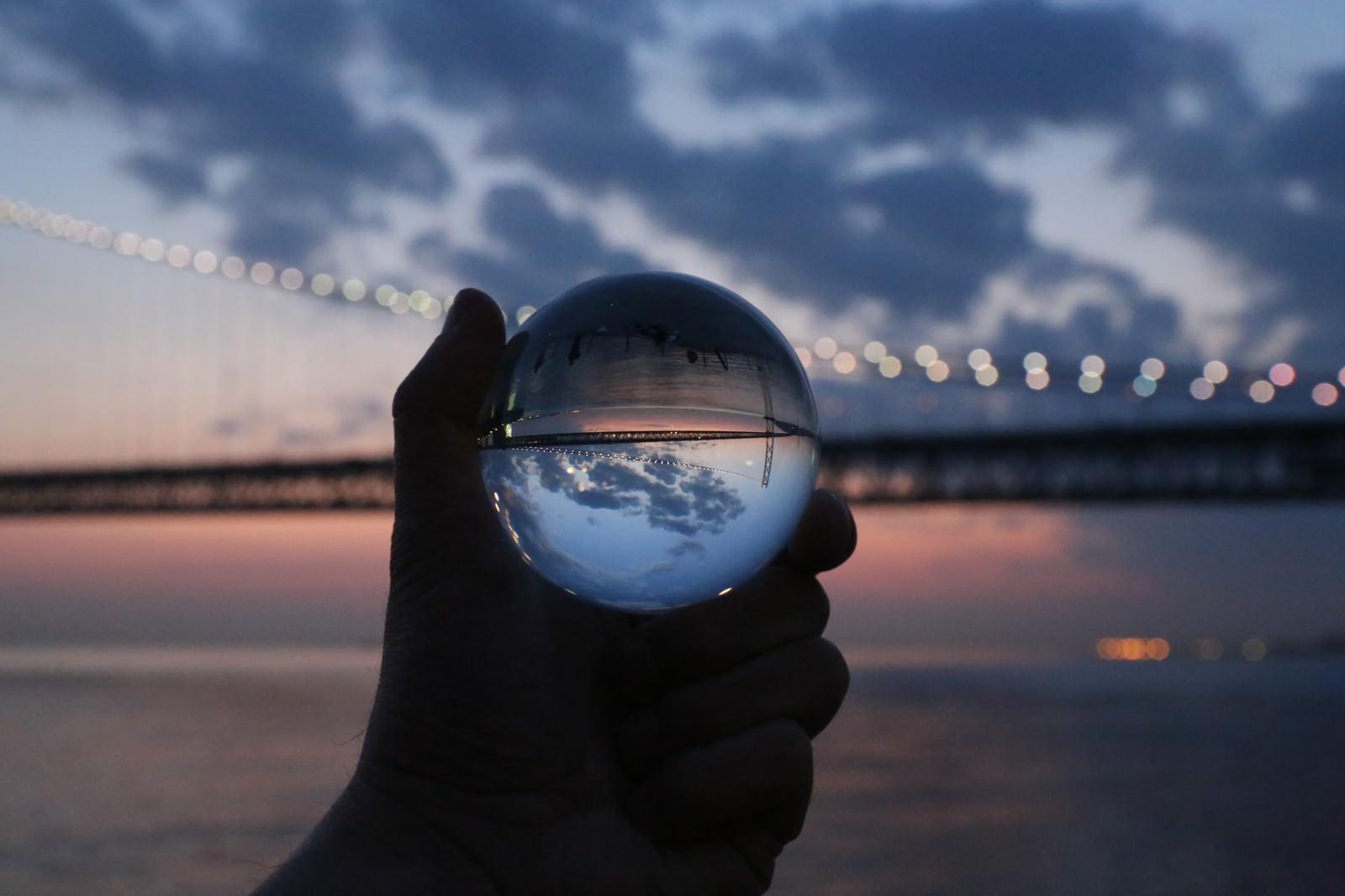 「水晶玉の中に映り込む大橋」の写真