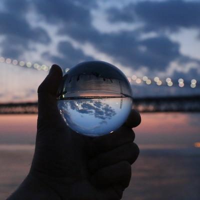水晶玉の中に映り込む大橋の写真