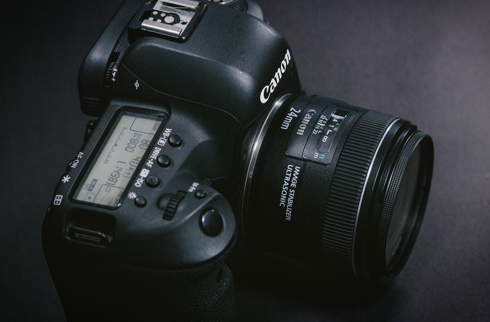 「単焦点レンズを装着したデジタル一眼レフカメラ単焦点レンズを装着したデジタル一眼レフカメラ」のフリー写真素材を拡大