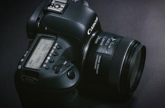 単焦点レンズを装着したデジタル一眼レフカメラの写真
