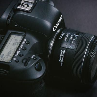 「単焦点レンズを装着したデジタル一眼レフカメラ」の写真素材