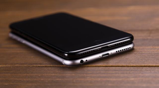 イヤホンジャックの有無でこれほど美しさが違う、漆黒のスマートフォンの写真