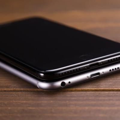 「イヤホンジャックの有無でこれほど美しさが違う、漆黒のスマートフォン」の写真素材