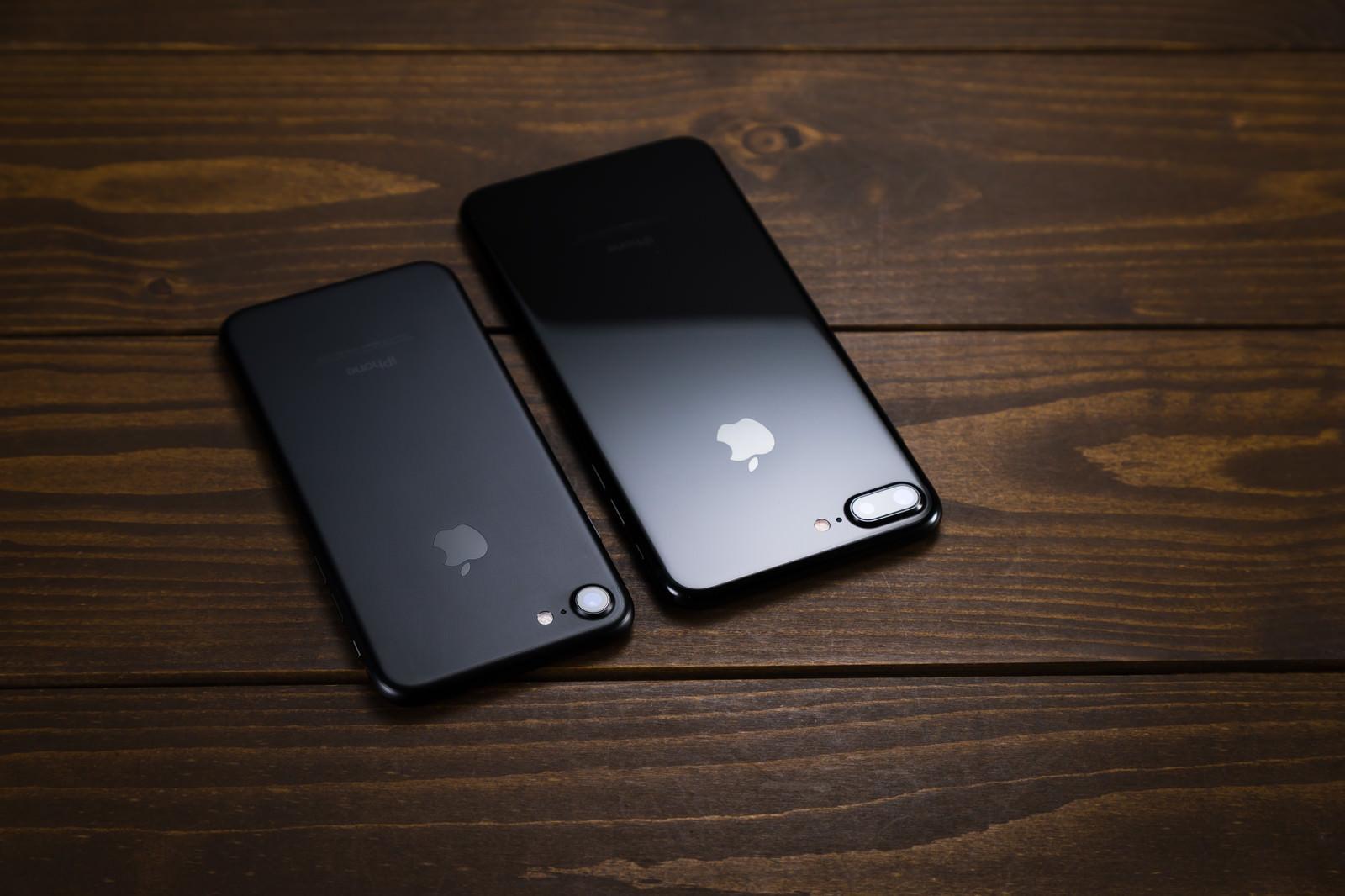 「マットとグロスでは光の反射がまるで違うスマートフォンボディ比較」の写真