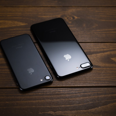マットとグロスでは光の反射がまるで違うスマートフォンボディ比較の写真