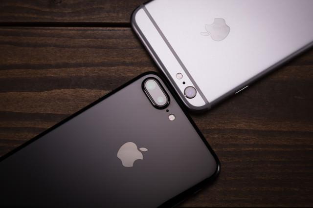 アンテナラインがまったく目立たず洗練されたデザインへと進化したスマートフォンの写真