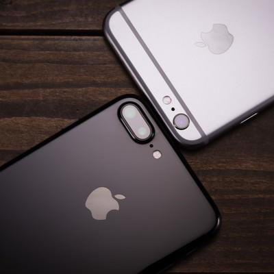 「アンテナラインがまったく目立たず洗練されたデザインへと進化したスマートフォン」の写真素材