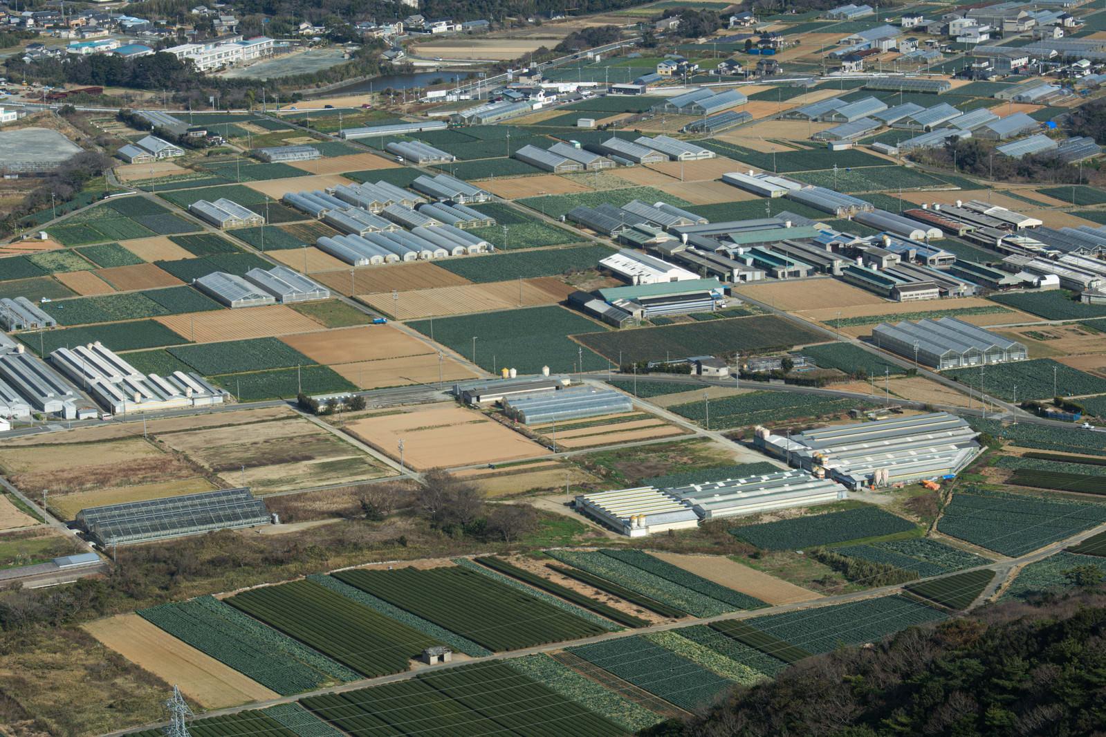 「俯瞰した田園風景とビニールハウス」の写真