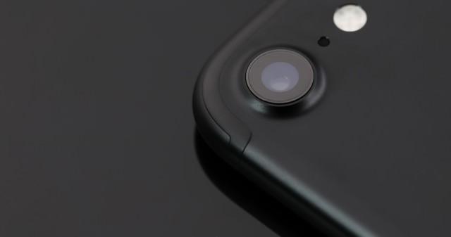 突起したスマートフォンのアウトカメラの写真