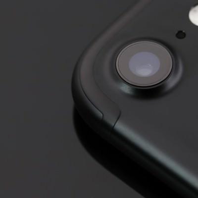 「突起したスマートフォンのアウトカメラ」の写真素材