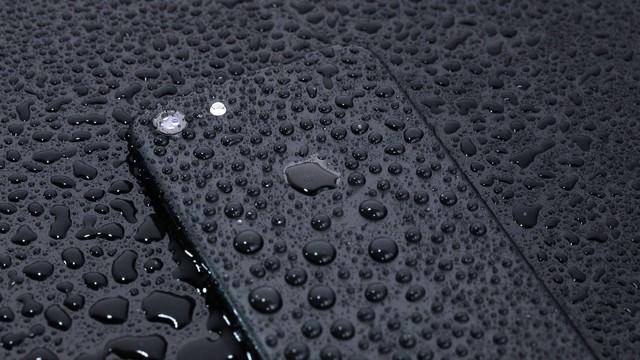 耐水仕様の最新スマートフォンの写真