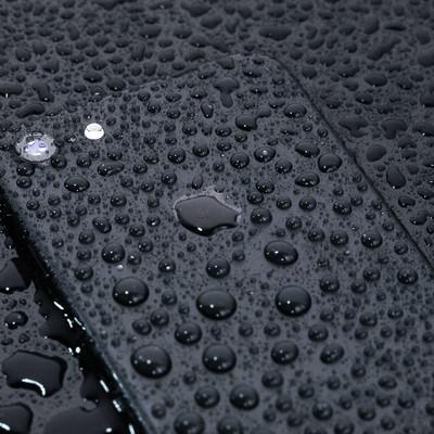 「耐水仕様の最新スマートフォン」の写真素材