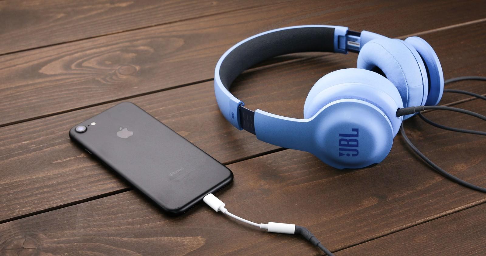 「ヘッドフォン端子の廃止に伴い35mmヘッドフォンジャックアダプタを使用する」の写真