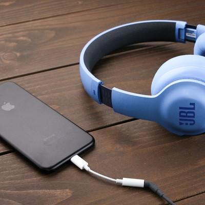 「ヘッドフォン端子の廃止に伴い35mmヘッドフォンジャックアダプタを使用する」の写真素材