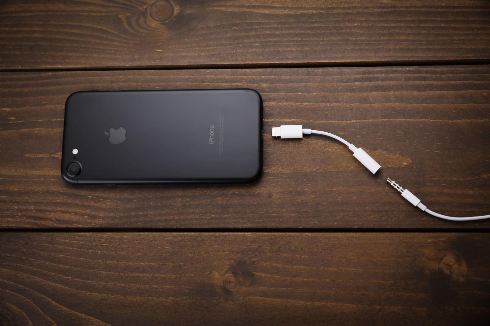 「3.5mmヘッドフォン端子が廃止され変換器を使用する」の写真