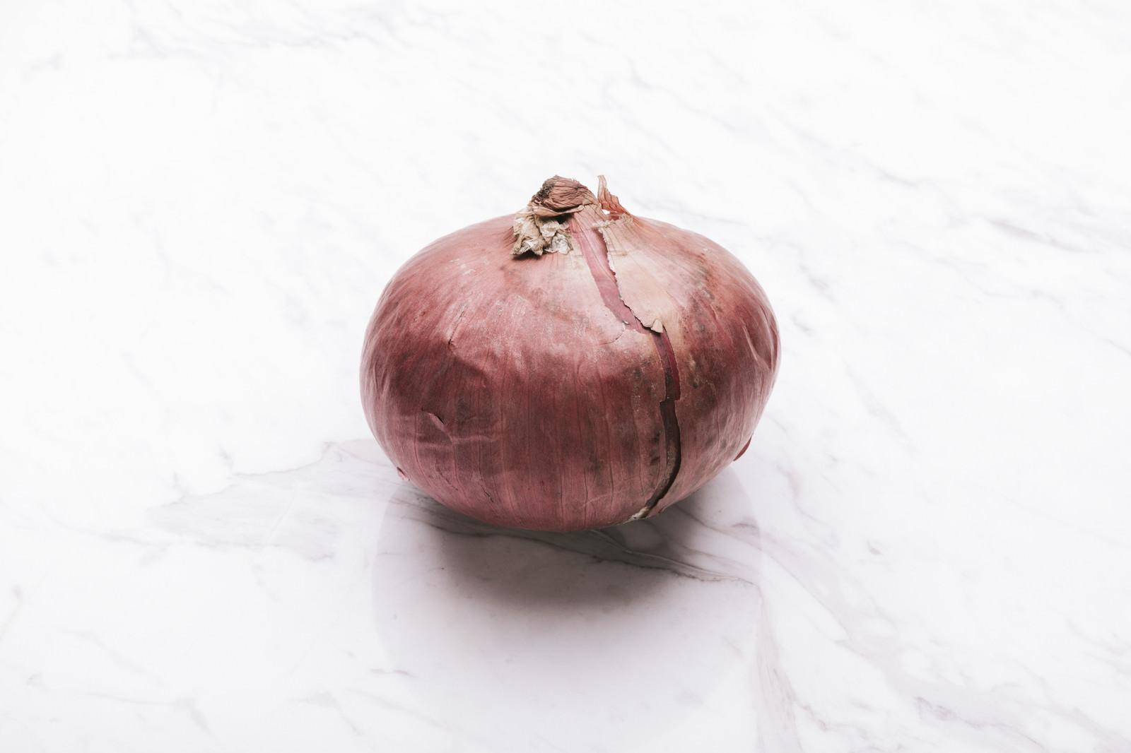 「赤玉ねぎ(食材)」の写真