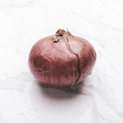 「赤玉ねぎ(食材)」の写真素材