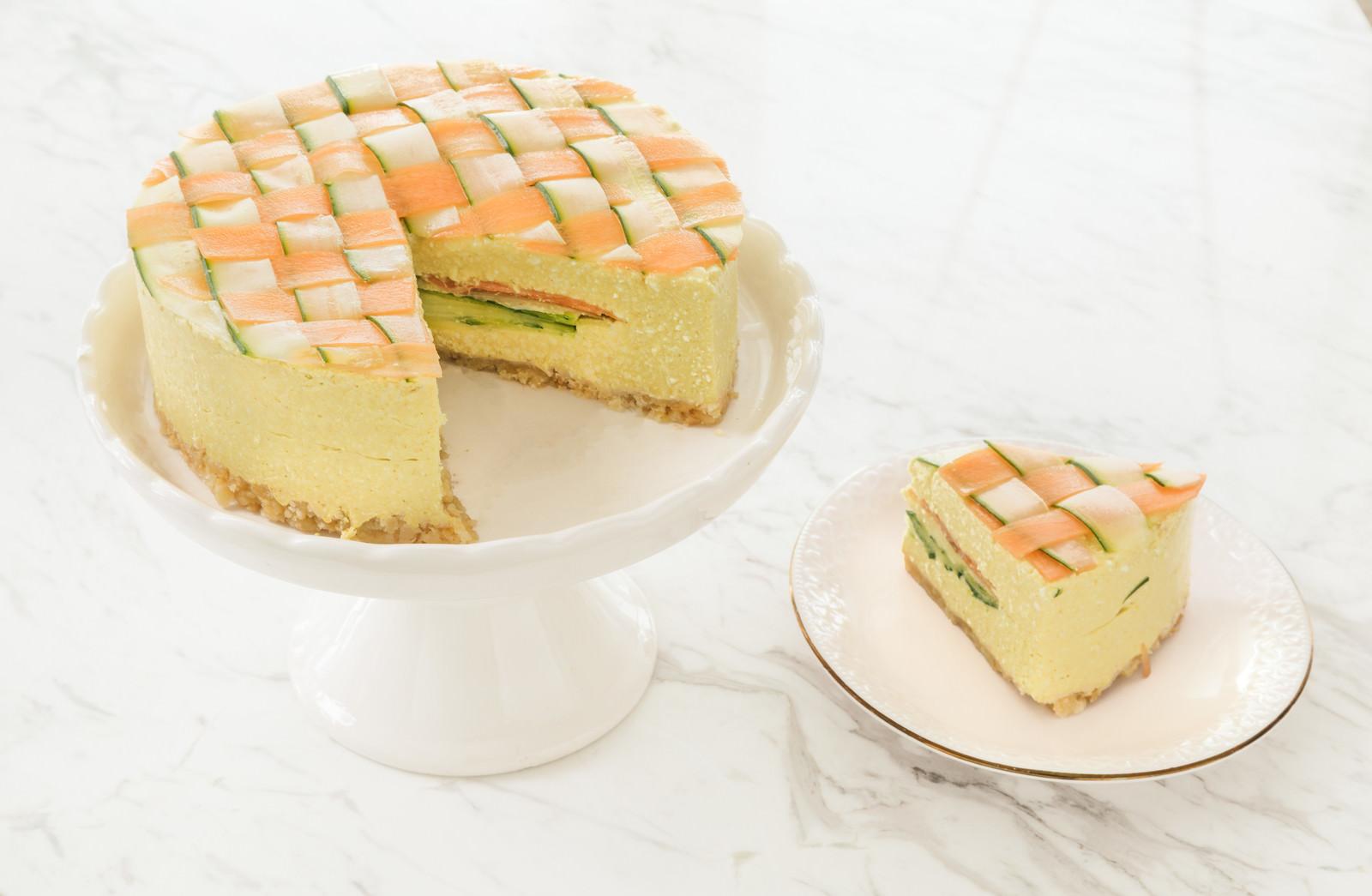 「サラダみたいでヘルシー にんじんとズッキーニの「ベジデコケーキ 」」の写真