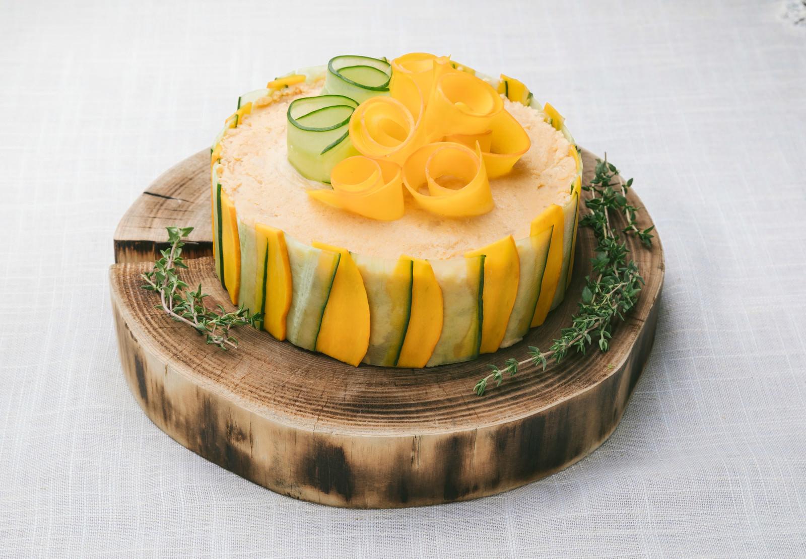 「低糖質な野菜ケーキ「ベジデコサンドケーキ」」の写真