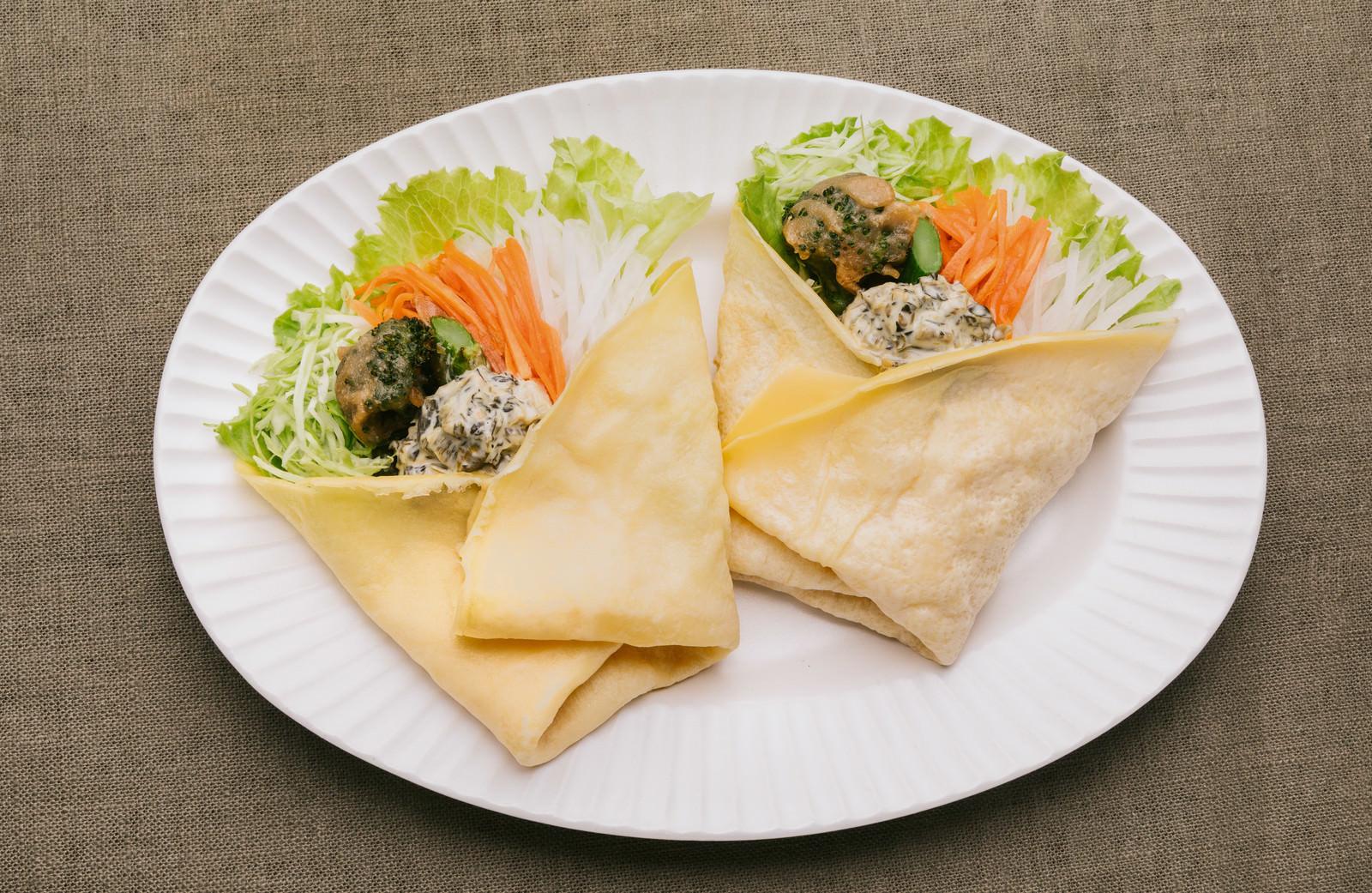 「スイーツのようなサラダ高菜タルタルで食べる「ベジクレープ」」の写真