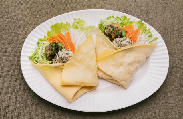 スイーツのようなサラダ高菜タルタルで食べる「ベジクレープ」の写真